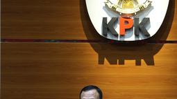 Ketua KPK Firli Bahuri menyampaikan keterangan pers terkait Operasi Tangkap Tangan (OTT) Gubernur Sulawesi Selatan di Jakarta, Minggu (28/2/2021) dinihari. KPK menetapkan tiga tersangka dalam kasus dugaan penerimaan suap terkait proyek infrastruktur di Sulawesi Selatan (Liputan6.com/Herman Zakharia)