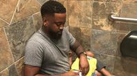 Cerita viral seorang ayah gantikan popok anak di toilet lelaki. (dok. Instagram @3boys_1goal/https://www.instagram.com/p/BwkoWNGh9dl/)