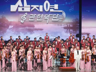 Orkestra Samjiyon dari Korea Utara tampil di Gangneung, Korea Selatan, Kamis (8/2). Orkestra ini hadir di Korea Selatan sebagai bagian dari pembukaan Olimpiade Musim Dingin Pyeongchang 2018. (Kim Hong-Ji / Pool via AP)