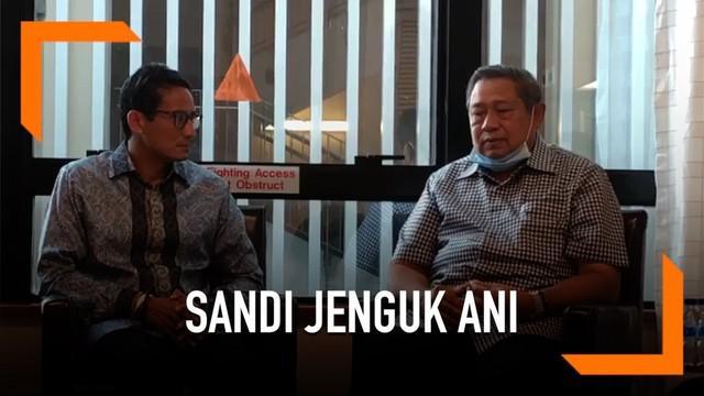 Sandiaga Uno jenguk Ani Yudhoyono di Singapura. Sandi datang bersama ibu dan istrinya.