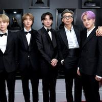 Boyband BTS saat hadir perdana pada perhelatan Grammy Awards 2019 di Staples Center, Los Angeles, Minggu (10/2). Selain masuk nominasi, BTS juga akan tampil di atas panggung sebagai penampil dan pembaca pemenang. (Neilson Barnard/Getty Images/AFP)
