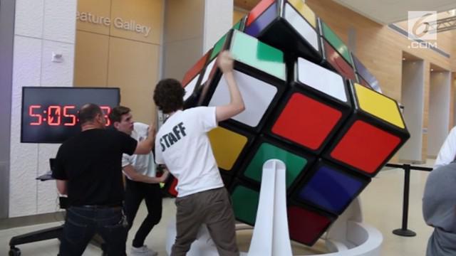 Wes Nelson menciptakan kubus rubik raksasa dengan tinggi 1,68 meter. Kubus rubik ini diyakini siap memecahkan rekor terbesar di dunia.