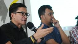 Direktur Amnesty International Indonesia Usman Hamid (kiri) menyampaikan keterangan bersama IPT 65 di Jakarta, Jumat (20/10). Rilis terkait Indonesia perlu membuka arsip tragedi 65 pasca diungkapnya dokumen Amerika. (Liputan6.com/Helmi Fithriansyah)