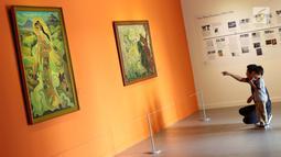 Pengunjung melihat koleksi seni yang dipamerkan pada pameran seni rupa koleksi nasional #2 yang bertema Lini Transisi di Galeri Nasional, Jakarta, Selasa (13/8/2019). Pameran berlangsung hingga 31 Agustus mendatang. (Liputan6.com/Helmi Fithriansyah)