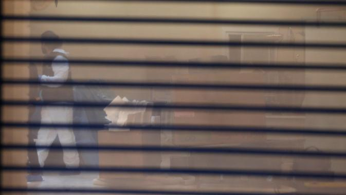 Forensik Turki mencari barang bukti hilangnya jurnalis Arab Saudi Jamal Khashoggi di kediaman Konjen Saudi Mohammed al-Otaibi di Istanbul, Rabu (17/10). Khashoggi terlihat memasuki Konsulat Saudi di Istanbul pada 2 Oktober 2018. (AP Photo/Emrah Gurel)