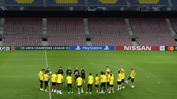 Para pemain Borussia Dortmund menghadiri sesi latihan tim di stadion Camp Nou di Barcelona (26/11/2019). Dortmund akan bertanding melawan Barcelona pada Grup F Liga Champions. (AFP Photo/Josep Lago)