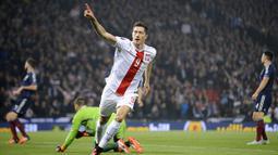 PERINGKAT I -  Striker Polandia, Robert Lewandowski memimpin klasemen pencetak gol terbanyak pada kualifikasi Piala Eropa 2016 dengan total 13 gol dalam 10 pertandingan. (AFP Photo/Andy Buchanan)