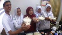 Mahasiswa Universitas Nahdlatul Ulama Surabaya membuat es krim biji nangka
