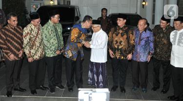 Wakil Presiden terpilih Ma'ruf Amin (tengah) bersalaman dengan Ketua MPR Bambang Soesatyo di kediamannya, Jalan Situbondo, Jakarta, Selasa (15/10/2019). Pimpinan MPR mengantarkan undangan pelantikan Presiden dan Wakil Presiden pada 20 Oktober 2019 mendatang. (merdeka.com/Iqbal Nugroho)