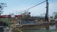 Petugas melakukan sterilisasi lokasi pascakebakaran pipa Pertamina akibat pengeboran proyek kereta cepat di Cimahi, Jawa Barat, Rabu (24/10/2019). (Liputan6.com/Huyogo Simbolon)