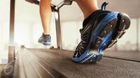 Cara berjalan yang benar akan mempercepat pembakaran kalori Anda sehingga mempercepat penurunan berat badan. (iStockphoto)