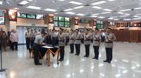 Kadiv Propam, Kapolda Riau, Kapolda Maluku Utara, dan Kayanma Polri menandatangi nota serah terima jabatan dari pejabat lama ke pejabat baru. (Liputan6.com/Hanz Jimenez Salim)