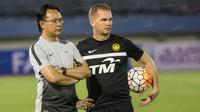 Pelatih timnas Malaysia, Ong Kim Swee, memantau latihan anak asuhnya jelang laga ujicoba melawan Indonesia. (Bola.com/Vitalis Yogi Trisna)