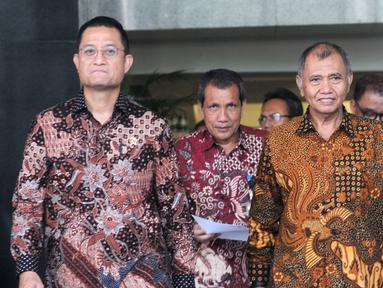 Menteri Sosial Juliari Peter Batubara (kiri), Deputi Pencegahan KPK Pahala Nainggolan (tengah), dan Pimpinan KPK Agus Rahardjo (kanan) usai menggelar pertemuan tertutup di Gedung KPK, Jakarta, Senin (04/11/2019). Pertemuan membahas sinkronisasi data warga miskin. (merdeka.com/Dwi Narwoko)
