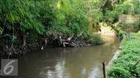 Mengecilnya Kali Krukut dari 20-25 meter menjadi 5 meter menyebabkan kawasan Kemang dilanda banjir, Jakarta (29/9). Alasan itu yang menyebabkan Pemprov DKI berencana menormalisasi Kali Krukut. (Liputan6.com/Gempur M Surya)