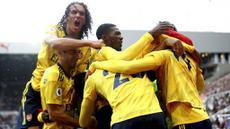 Para pemain Arsenal merayakan gol yang dicetak oleh Pierre-Emerick Aubameyang ke gawang Newcastle United pada laga Premier League 2019 di Stadion St James' Park, Minggu (11/8). Arsenal menang 1-0 atas Newcastle United. (AP/Owen Humphreys)