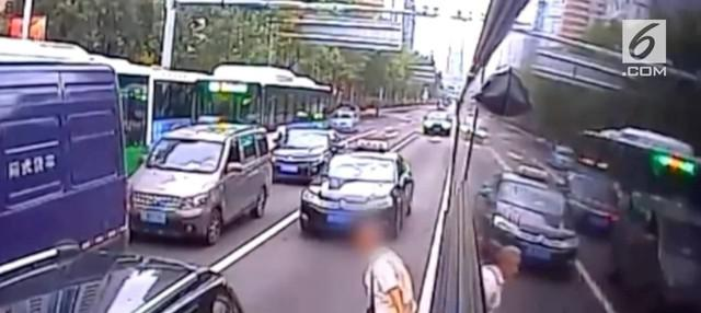 Seorang kakek melompat keluar dari jendela bus di China. Hal itu ia lakukan karena sopir menolak membukakan pintu.Seorang kakek melompat keluar dari jendela bus di China. Hal itu ia lakukan karena sopir menolak membukakan pintu.