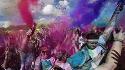 Sejumlah pewarna dilemparkan ke udara untuk memeriahkan lomba lari sejauh lima kilometer bertajuk Sydney Color Run, (24/8/2014). (REUTERS/Jason Reed)