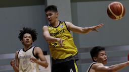Pebasket Indonesia, Mei Joni, saat sesi latihan di GBK Arena, Jakarta, Senin, (14/9). Latihan tersebut untuk persiapan SEA Games 2019. (Bola.com/M Iqbal Ichsan)