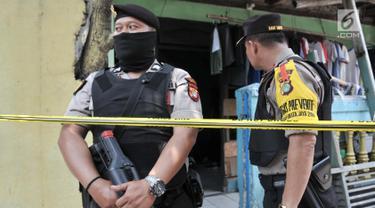 Petugas kepolisian saat menggeledah kediaman orang tua terduga teroris di Jalan Belibis V, Semper Barat, Cilincing, Jakarta, Senin (23/9/2019). Selain rumah tersangka, polisi juga menggeledah kediaman orang tua terduga teroris yang tidak jauh dari TKP. (merdeka.com/Iqbal S. Nugroho)