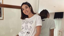 Penampilannya yang cukup simpel satu ini pun tetap mencuri perhatian. Hanya menggunakan kaus berwarna putih dan makeup natural, gaya Gisel ini juga mendapat pujian netizen. (Liputan6.com/IG/@gisel_la)
