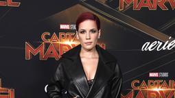"""Pelantun lagu """"Bad at Love"""" dalam gala premier film Captain Marvel terlihat tomboi, dengan  setelan hitam dan rambut merah menyala. (Kapanlagi/AFP)"""