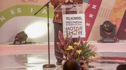 Menteri Perindustrian Airlangga Hartarto memberikan sambutan saat pembukaan Indonesia International Motor Show (IIMS) 2019 di JiExpo Kemayoran, Jakarta, Kamis (25/4). Ajang pameran industri otomotif ini akan diikuti 36 merek otomotif roda empat (R4) dan roda dua (R2). (Liputan6.com/Faizal Fanani)