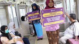 Petugas PT KCI mengenakan kebaya saat sosialisasi pencegahan pelecehan seksual di KRL, Jakarta, Jumat (20/4). Kegiatan ini bertujuan memberi pemahaman kepada pengguna KRL untuk menghindari segal bentuk pelecehan seksual. (Liputan6.com/Immanuel Antonius)