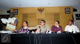 Pimpinan KPK, Johan Budi (tengah) memberikan keterangan pers terkait uang hasil Operasi Tangkap Tangan (OTT) anggota DPR RI dari Partai Hanura, Dewie Yasin Limpo di Gedung KPK, Jakarta, Rabu (21/10/2015). (Liputan6.com/Helmi Afandi)