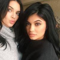 Kylie Jenner melakukan sesi tanya jawab dengan ibunya, Kris Jenner. Si bungsu itu pun menceritakan tentang keisengan Kendall. (instagram/kyliejenner)