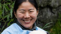 "Anak panda raksasa yang baru lahir ""Bao Mei"" menghadap ke arah kamera saat diperkenalkan kepada publik  di taman margasatwa Pairi Daiza, Brugelette, Belgia, Kamis (14/11/2019). Panda kembar ""Bao Di"" dan saudara betinanya ""Bao Mei"" lahir pada Agustus 2019. (AP/Olivier Matthys)"