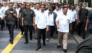 Presiden terpilih Joko Widodo atau Jokowi (kiri) bersama Ketua Umum Partai Gerindra Prabowo Subianto berjalan usai keluar dari Stasiun MRT Senayan, Jakarta, Sabtu (13/7/2019). Jokowi dan Prabowo makan siang bersama di pusat perbelanjaaan FX Sudirman. (Liputan6.com/JohanTallo)