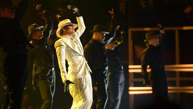 Aksi panggung Jennifer Lopez dalam acara Billboard Music Awards 2018 di MGM Grand Garden Arena, Las Vegas, AS (20/5). JLo tampil dengan busana seperti Michael Jackson saat menyanyikan lagu Smooth Criminal (1988). (AFP Photo/Matt Winkelmeyer)