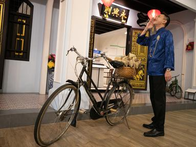Seorang pria berfoto di Museum Peranakan Phuket di Phuket, Thailand, pada 12 September 2020. Museum ini menampilkan sejarah dan budaya Peranakan melalui berbagai koleksi benda pameran dan teknologi. (Xinhua/Zhang Keren)