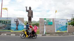 Pengendara melintasi lokasi pembangunan patung Presiden Indonesia ketiga Bacharuddin Jusuf Habibie di Isimu, Gorontalo, Jumat (4/1). Patung itu dikerjakan oleh seniman Yogyakarta, Lutse Lumbert Daniel Morrin dan Soewardi. (Liputan6.com/Arfandi Ibrahim)