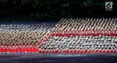Para penari menampilkan tari Saman asal Aceh pada pembukaan Asian Games 2018 di Stadion Gelora Bung Karno, Jakarta, Sabtu (18/8). Sekitar 1.500 penari mengenakan busana beragam warna yang menggambarkan kebhinekaan Indonesia. (Liputan6.com/ Fery Pradolo)