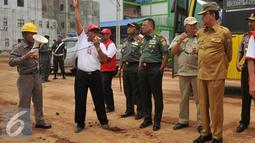 Mendagri Tjahjo Kumolo, Panglima TNI Jendral Gatot Nurmantyo dan Gubernur Palembang, Alex Noerdin meninjau pembangunan pabrik OKI Pulp & Paper Mills di Sumatra Selatan, Kamis (1/3). (Liputan6.com/Gempur M Surya)
