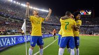 Para pemain Brasil merayakan gol ke gawang Argentina pada laga Pra-Piala Dunia 2018 di Stadion Monumental Antonio Vespucio Liberti, Buenos Aires, Sabtu (14/11/2015) pagi WIB. (AFP PHOTO / Eitan Abramovich)