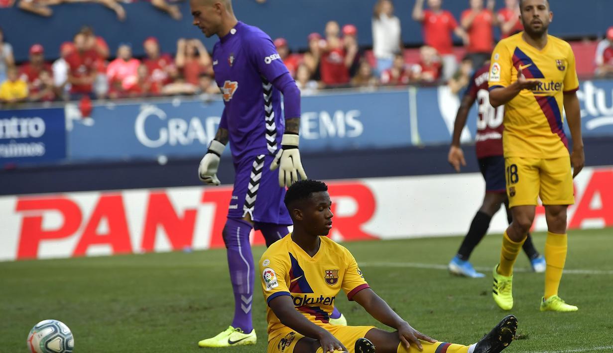 Gelandang Barcelona, Ansu Fati, terjatuh saat melawan Osasuna pada laga La Liga di Stadion El Sadar, Pamplona, Sabtu (31/8). Kedua klub bermain imbang 2-2. (AP/Alvaro Barrientos)