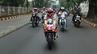Pembalap Moto2 Sam Lowes city touring keliling Jakarta. (ist)