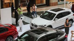 Pengunjung melihat mobil BMW selama BMW Exhibition yang berlangsung pada 15-17 Februari di Plaza Senayan, Jakarta, Jumat (15/2). Penjualan BMW tahun 2018 sedikit mengalami kenaikan dibanding pada 2017 yang mencapai 3.353 unit. (Liputan6.com/Fery Pradolo)
