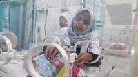 Dokter memeriksa kondisi kesehatan bayi kembar tiga yang dilahirkan di RSUD Cilacap. (Foto: Liputan6.com/Muhamad Ridlo)