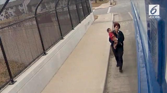 Sopir ini mendadak menghetikan bus yang dikendarai demi menolong bayi yang berjalan seorang diri tanpa alas kaki.
