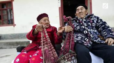 Walau sudah berumur dan penuh beda pendapat, orang-orang ini masih menjaga hubungan baik dan romantisme.