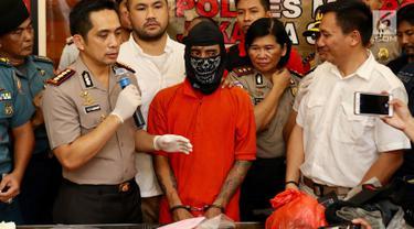 Kapolres Jakarta Selatan Kombes Pol Indra Jafar menunjukkan tersangka kasus pembunuhan pensiunan TNI AL Hunaedi di Jakarta, Kamis (12/4). Hunaedi dibunuh di Pondok Labu, Jakarta Selatan, 5 April 2018. (Liputan6.com/Immanuel Antonius)