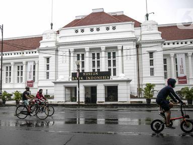 Pesepeda melintasi Museum BI saat uji coba penerapan zona rendah emisi di Kota Tua, Jakarta, Minggu (20/12/2020). Selama penerapan zona rendah emisi, kawasan Kota Tua hanya bisa dilalui pejalan kaki, pesepeda, angkutan umum, dan kendaraan khusus yang lulus uji emisi. (Liputan6.com/Faizal Fanani)
