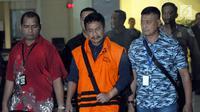 Bupati Jombang Nyono Suharli Wihandoko (tengah) usai menjalani pemeriksaan pasca terkena OTT di Gedung KPK, Jakarta, Minggu (4/2). Nyono menjadi tersangka dalam dugaan suap perizinan pengurusan jabatan di Pemkab Jombang. (Liputan6.com/Helmi Fithriansyah)