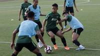 Pemain Timnas Indonesia U-23, Fredyan Wahyu, saat latihan jelang SEA Games 2019 di Lapangan ABC, Senayan, Jakarta, Kamis (3/10). Latihan kali ini Timnas fokus dalam memperbaiki taktik dalam bertahan. (Bola.com/M Iqbal Ichsan)