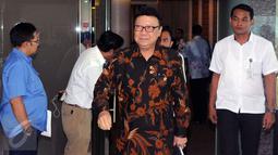 Mendagri Tjahjo Kumolo meninggalkan ruang rapat usai Rakor Persiapan Pelaksanaan Asian Games 2018 di Jakarta, Rabu (31/8). Rakor dipimpin Menko PMK, Puan Maharani berlangsung tertutup dan dihadiri instansi terkait. (Liputan6.com/Helmi Fithriansyah)