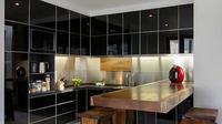 Kesan elegan ditonjolkan dengan penggunaan warna hitam di dapur. (dok.Arsitag)